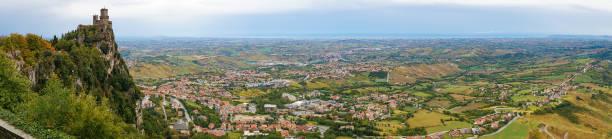 Aerial panorama du château de la haute montagne et campagne - Photo