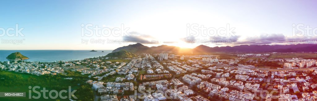 aerial panorama of Recreio dos Bandeirantes during sunset, with all the residential buildings forming a grid pattern, and the beach on the right. Colored light leak filter applied - Zbiór zdjęć royalty-free (Bez ludzi)