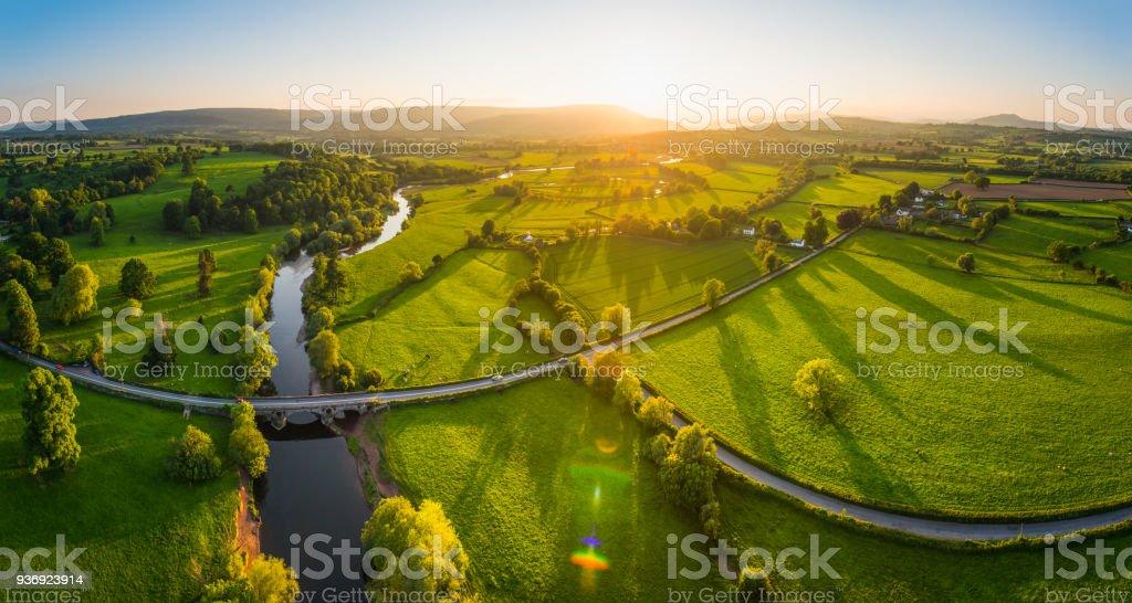 Aerial Panorama über idyllische Landschaft grünen Feldern Berge golden sunset – Foto