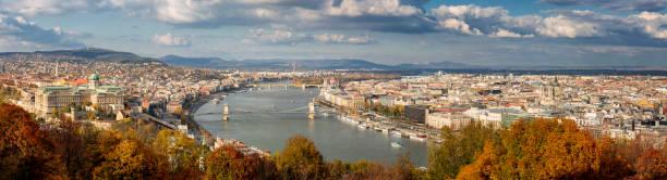 ブダペストの秋のシーズンで空中パノラマ都市の景観 - マーチャーシュ教会 ストックフォトと画像