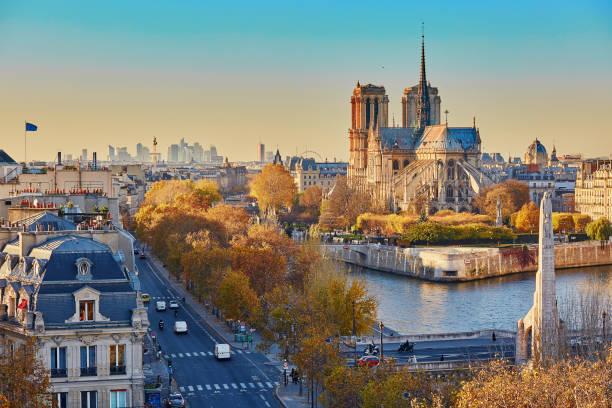 aerial panorama stadtansicht blick auf paris, frankreich - kathedrale von notre dame stock-fotos und bilder