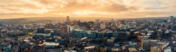 luftbild-panorama-ansicht über sheffield city am frostigen wintermorgen mit goldenem sonnenaufgang - sheffield stock-fotos und bilder