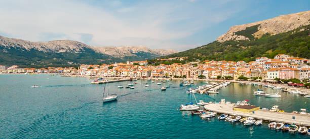 Vista panorámica aérea de la ciudad de Baska, destino turístico popular en la isla de Krk, Croacia, Europa - foto de stock