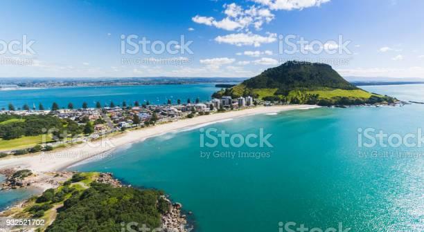 Luchtfoto Panoramisch Zicht Op Mt Maunganui Kustlijn Stockfoto en meer beelden van Baai