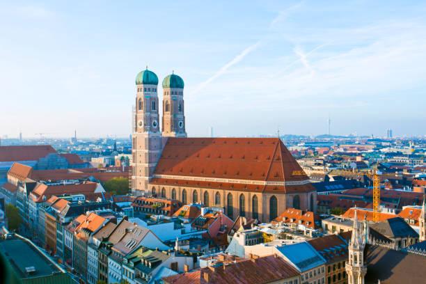luftbild der altstadt, münchen, deutschland. - münchner frauenkirche stock-fotos und bilder