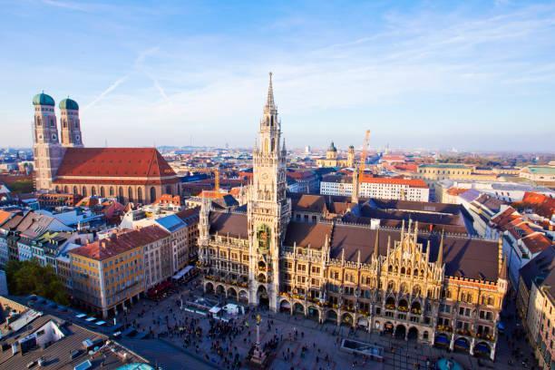 panoramautsikt över gamla stan, münchen, tyskland. - sankt peterskyrkan münchen bildbanksfoton och bilder