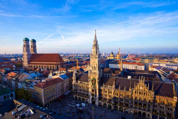 panoramautsikt över gamla stan, münchen, tyskland. - münchens nya rådhus bildbanksfoton och bilder