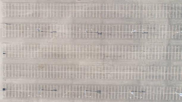 luftparkplatz-lot-symmetrie - fliegengittertüre stock-fotos und bilder
