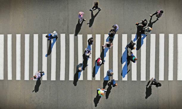 antenne. voetgangers zebrapad kruising, bovenaanzicht. - oversteken stockfoto's en -beelden