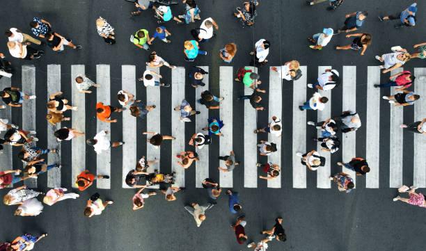 antenne. voetgangers op voetgangers crosswalk. bovenaanzicht. - oversteken stockfoto's en -beelden