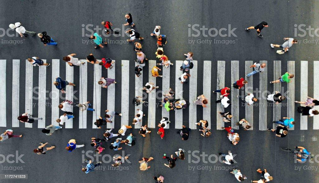 Aérea. La gente se apiña en el paso de peatones. Vista superior desde el dron. - Foto de stock de Acera libre de derechos