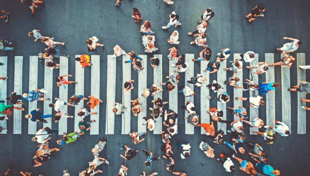 antenne. menschen drängen sich auf fußgängerüberquert. hintergrund ansichtsbildd. getöntes bild. - große personengruppe stock-fotos und bilder