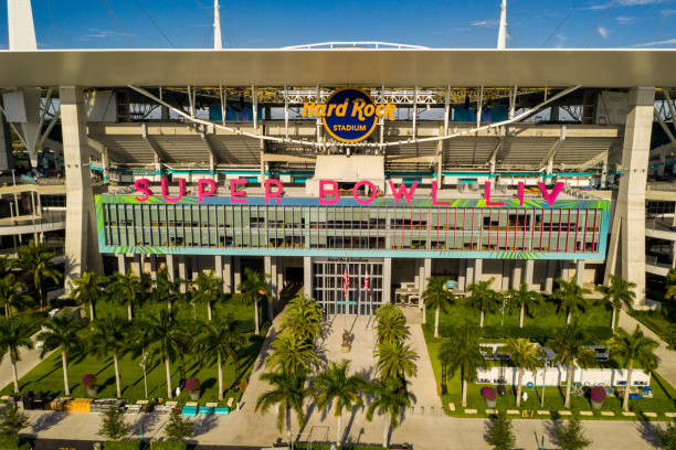 luftbild miami hard rock stadium gastgeber 2020 super bowl liv - flugzeugperspektive stock-fotos und bilder
