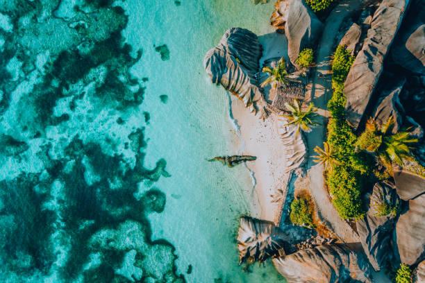luftbild des berühmten paradieses wie des tropischen strandes anse source d argent auf der insel la digue auf den seychellen. sommerurlaub, reise-und lifestyle-konzept - landscape crazy stock-fotos und bilder