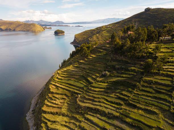 チチカカ湖のボリビア側の太陽の島の空中写真 - チチカカ湖 ストックフォトと画像