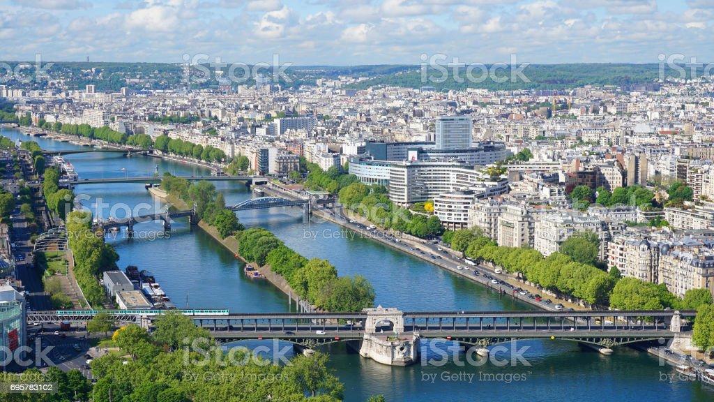 Photo aérienne de la Seine et la ville de Paris vu de l'emblématique tour Eiffel par un matin de printemps avec beaux nuages épars, Paris, France - Photo