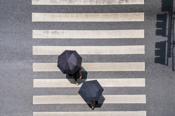 vue de dessus de photo aérienne des gens marcher sur la rue - passage balisé photos et images de collection