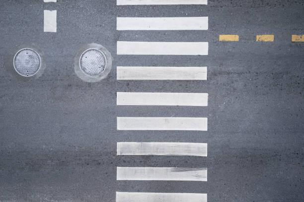 luchtfoto bovenaanzicht over zebrapad verkeer onderweg - oversteken stockfoto's en -beelden