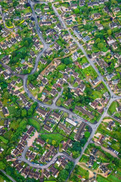 luftaufnahme von einfamilienhäusern stadtteilentwicklung gehäuse grüne gärten - flugzeugperspektive stock-fotos und bilder