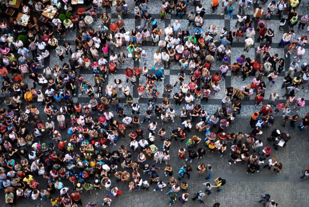 luftaufnahme von menschen auf einem platz versammelt - große personengruppe stock-fotos und bilder