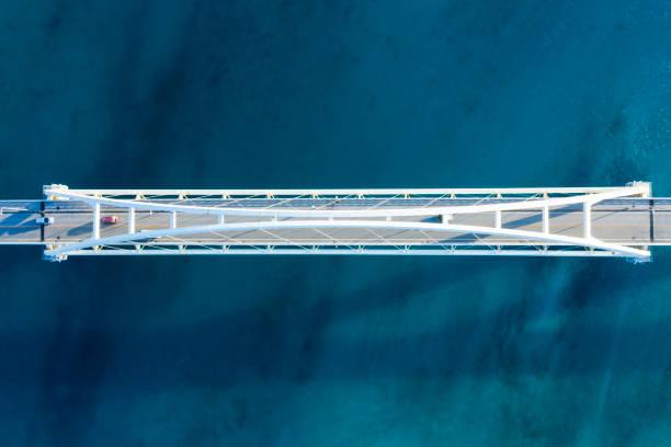 flygfotografi över vackra havet och bron. viewpoint från direkt ovan. - bridge bildbanksfoton och bilder