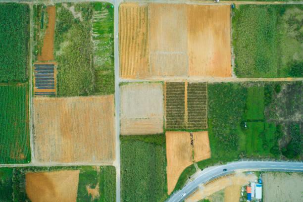 luftaufnahme des landes wo felder etc. aufgereiht sind. - aerial overview soil stock-fotos und bilder
