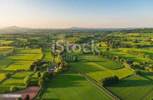 Fotografía aérea paisaje rural granjas pueblos pintorescos de parches verdes pastos