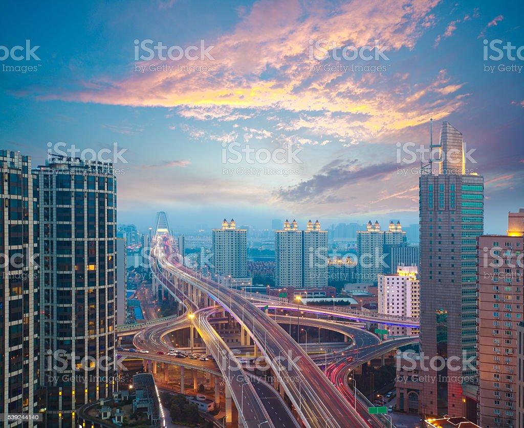 Fotografía aérea del atardecer de puente elevado de la ciudad foto de stock libre de derechos
