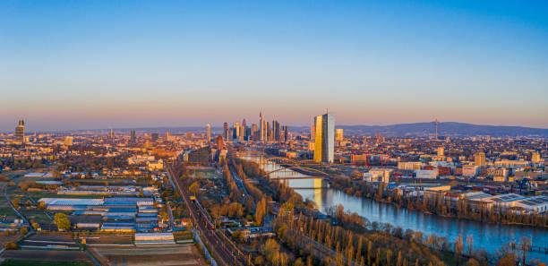 imagem aérea do horizonte de frankfurt e torre do banco central europeu durante o nascer do sol - sol nascente horizonte drone cidade - fotografias e filmes do acervo