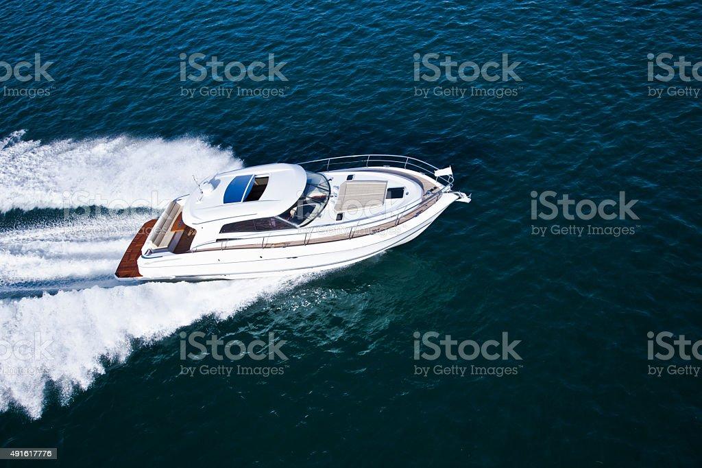 Aerial shot of a beautiful motor boat圖像檔