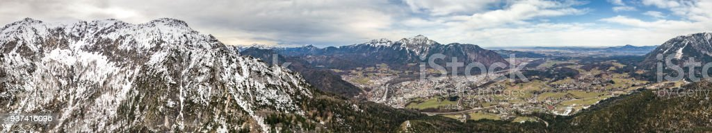 Luftaufnahme von Bad Reichenhall und Bayerisch Gmain (Bayern, Deutschland) im Frühjahr. Schnee gekrönt Berge. Salzburg im Hintergrund. – Foto