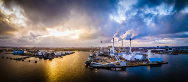 aerial shot av energianläggning driven av hållbar biomassa i köpenhamn, danmark. detta fossilfria energisystem drivs biomassa, en förnybar energikälla. flygvy skjuten med drönare som hdr (högt dynamiskt omfång). - drone copenhagen bildbanksfoton och bilder