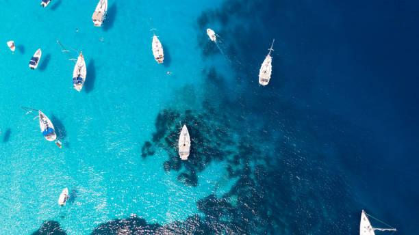 바다에 정박한 요트와 요트의 공중 촬영 - 이오니아 해 뉴스 사진 이미지