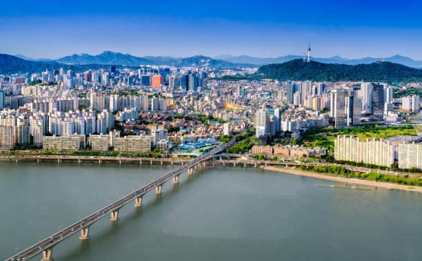 トラフィック橋、韓国ソウル市のスカイラインと n ソウルタワーの空中ショットは。 - ソウル ストックフォトと画像