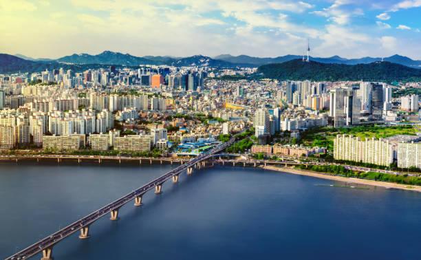 Luftaufnahme von Seoul City Skyline und N Seoul Tower mit Verkehr Brücke, Südkorea – Foto