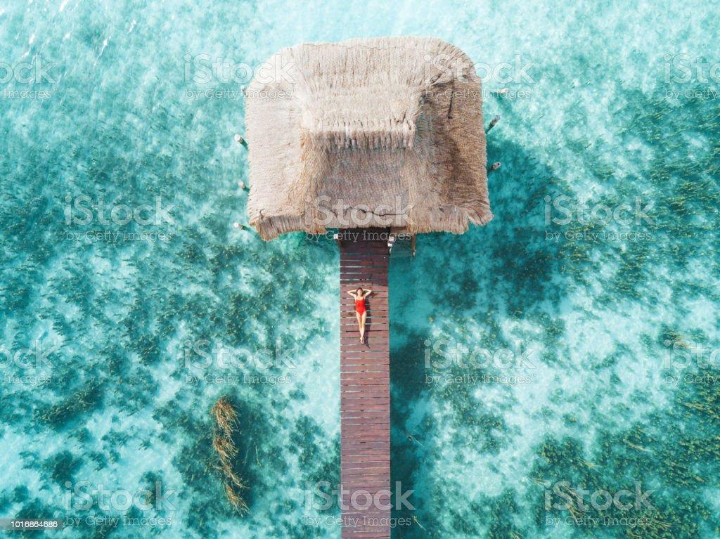 Toma aérea de womann relajante en un bungalow de agua - foto de stock
