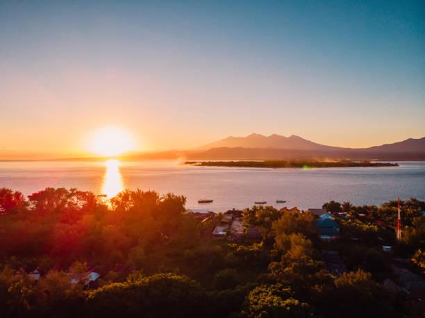 Luftaufnahme mit Gili-Inseln und Ozean. Gili Meno, Gili Air und Lombok – Foto