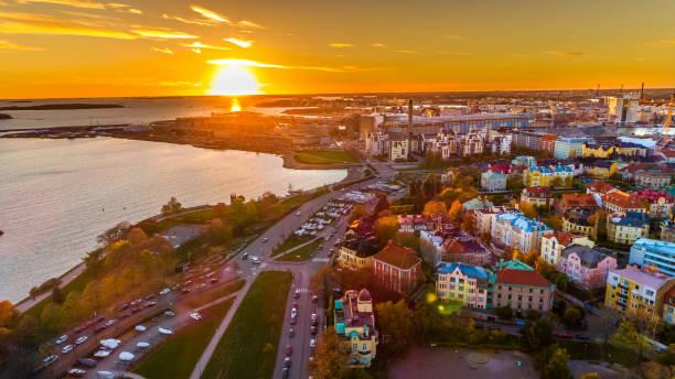 solnedgången flygfoto över vackra staden helsingfors. färgglada himmel och färgglada byggnader. helsingfors, finland. - drone helsinki bildbanksfoton och bilder