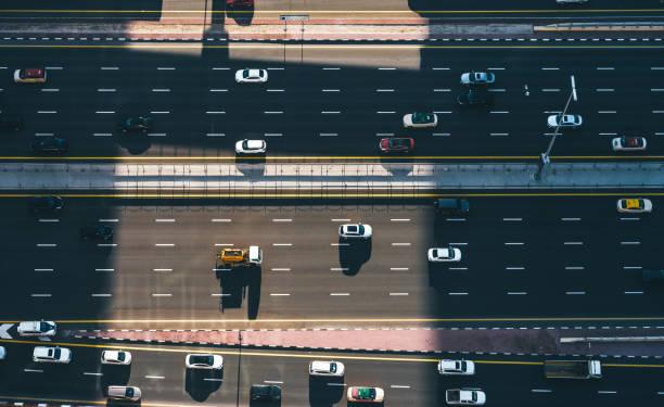 luftaufnahme von oben nach unten ansicht des stadtverkehrs auf einem highway - sheikh zayed road stock-fotos und bilder