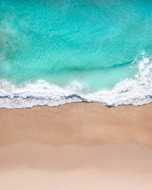 aerial top shot plaży z ładnym piaskiem, niebieską turkusową wodą i tropikalnym klimatem - piasek zdjęcia i obrazy z banku zdjęć
