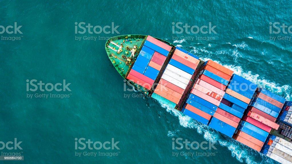 Buque de carga de contenedor vista aerea superior, empresa logística y transporte internacional por buques en el mar abierto. - foto de stock