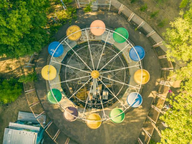 vue aérienne haut de ville parc caorusel avec enfants heureux f vacances été - rond point carrefour photos et images de collection
