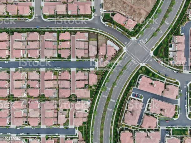 カリフォルニア州アーバインの大規模住宅街の上空ビュー ...