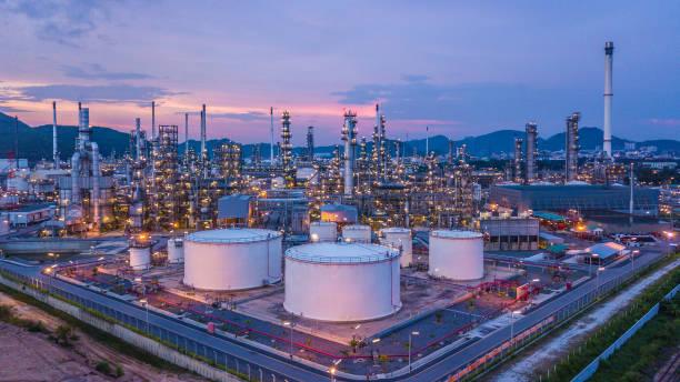 top luftbild öl- und gasindustrie chemikalientank mit öl-raffinerie-anlage hintergrund in der dämmerung. - petrochemische fabrik stock-fotos und bilder