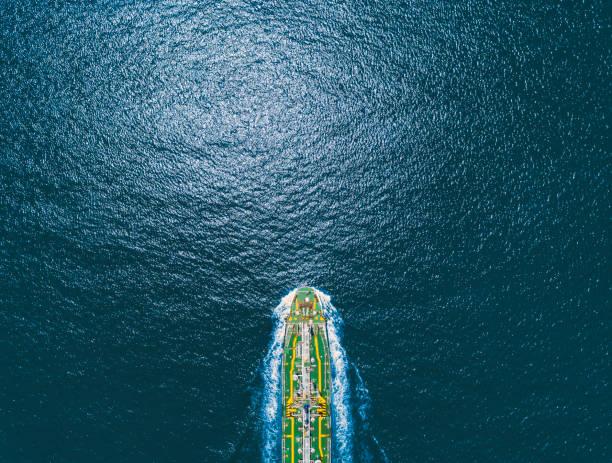 aerial top view olie schip tanker op de zee transport olie uit raffinaderij. - industrieel schip stockfoto's en -beelden