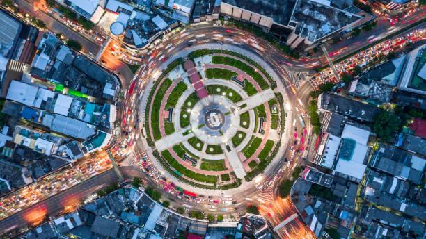 rond-point de la route aérienne vue de dessus avec beaucoup de voiture, la circulation routière vue aérienne dans la ville pendant la nuit. - rond point carrefour photos et images de collection