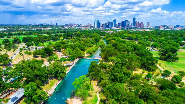 vue aérienne au-dessus de paradis austin texas landmark barton springs pool vert au-dessus du fameux trou de natation - source naturelle photos et images de collection