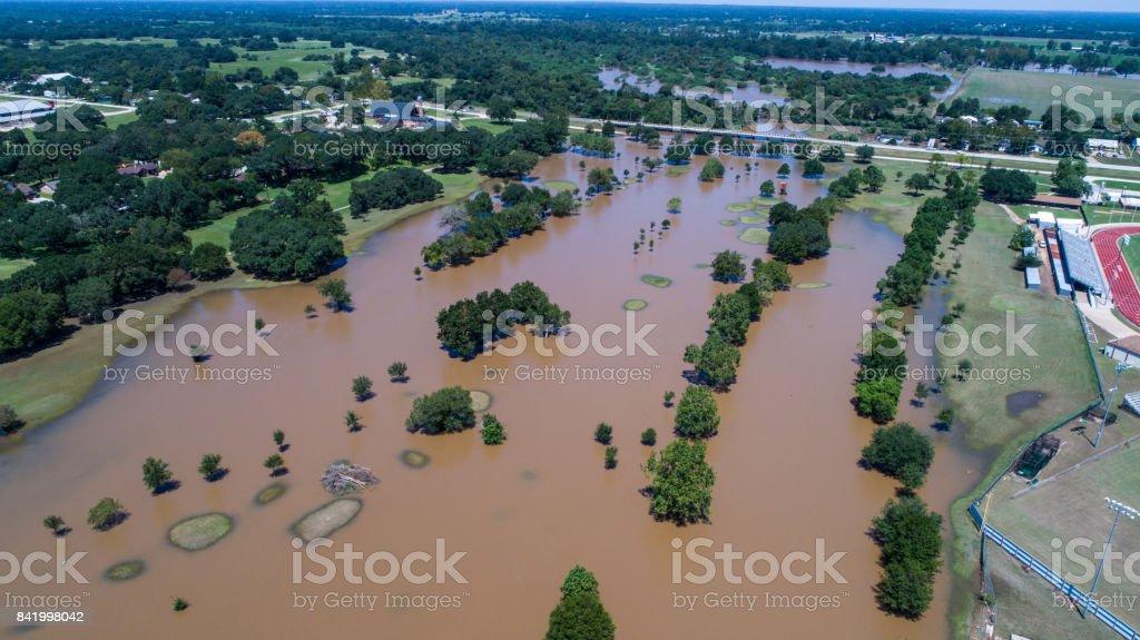 Luftaufnahme über Flut Wasser Hurrikan Harvey Zerstörung Weg durch die kleine Stadt von Columbus, Texas – Foto