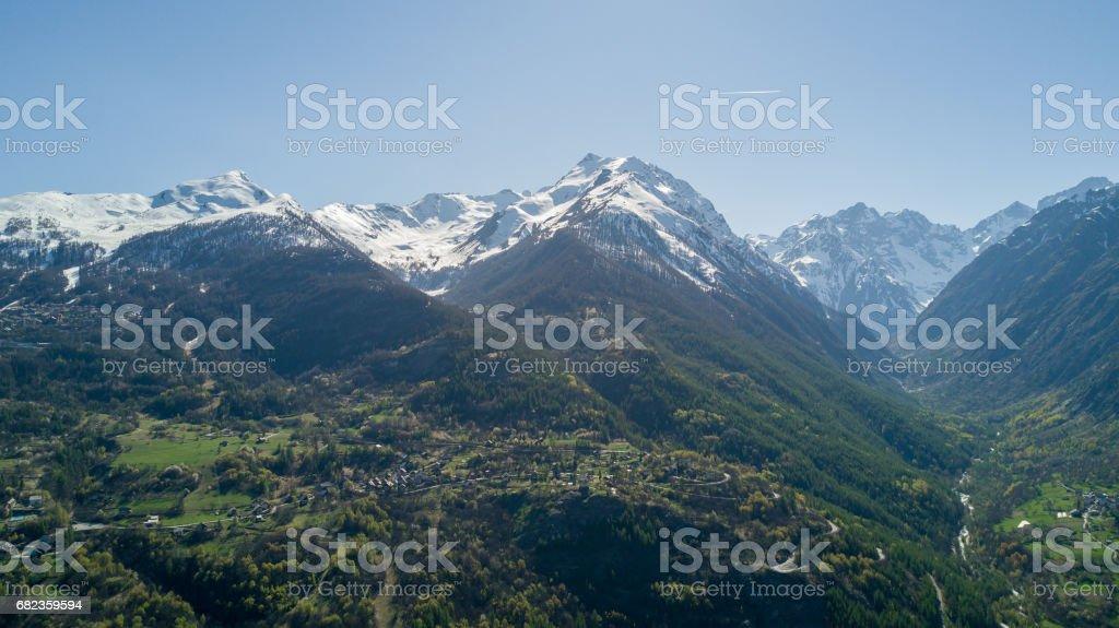 Vue aérienne au-dessus de Village de montagne avec Drone photo libre de droits