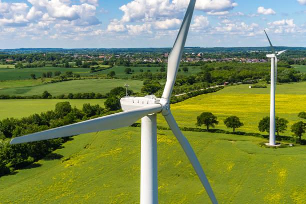 luftaufnahme und nahaufnahme einer windkraftanlage - tim siegert stock-fotos und bilder